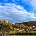 bahnhofgamburg-ferienwohnung-holidayrental-wuerzburg-würzburg-aschaffenburg-rothenburg-ob-der-tauber-liebliches-taubertal-franken-franconia-bergblick-aussicht-berge-burg-schloss-castleview-nature-landscape-tauberbischofsheim-airbnb-traum-ferienwohnungen-mountainview Geräumiges Luxus Artdeco Wohnzimmer in bester Süd-West-Lage, mit Burgblick und Abendsonne. Vintage Style mit Antiquitäten ausgestattet, gemütlich und komfortabel. Familienurlaub, Urlaub mit Kindern. Reisen in Deutschland, Tourismus, vacation, holyday stay rental cottage in Germany. Urlaub im historischen Bahnhof Gamburg im Taubertal zwischen Bergen, Sehenswürdigkeiten, Kultur, Natur, Sport, Entspannung. 1 Std. von Frankfurt und Stuttgart. Großzügige Ferienwohnung, komfortable Ausstattung, Vintage Stil. Perfekt für Travel, Photo, Fitness, Fashion, Lifestyle, Food. Wochenende, Ferien, Ausflug,Paare, Flitterwochen, Gruppen, Familien, Kinder, Hunde. Wandern, Outdoor, Reiten, Angeln Jagen, Radfahren, Mountainbike, MTB, Wein, Essen, Paddelboot, Rennrad, Radtour, Radwandern, Weinwanderung. Eventsaal, Veranstaltung, Location, Hochzeitsfeier, Geburtstagsfest, Jubiläum, Seminarraum, Ausstellung, Vereinsraum, Festsaal, Bankett, Catering, Event Location, Hotel, Unterkunft, Jugendherberge, Bed and Breakfast, Motel, Hostel, Zimmervermietung, Ostern, Pfingsten, Christi-Himmelfahrt, März, April, Mai, Juni, Juli, August, September, Oktober, November, Dezember, Januar, Februar, 2018, 2019, Urlaubssaison, Sommerferien, Osterferien, Pfingstferien, Urlaub auf dem Lande, Landpartie, Landurlaub, Autoreise in direkter Nähe von Werbach, Tauber-Bischofsheim, Wertheim Village, Lauda, Rothenburg ob der Tauber, Würzburg, Nürnberg, Odenwald, Spessart, Taunus, Rhön, Weinberge, Aktivurlaub, holiday home, rental apartment, accommodation, barbecue bbq, dogs welcome, Paddeln Ferienwohnung-Eventlocation-Bahnhof-Gamburg-Liebliches-Taubertal-Touren-Main-Tauber-Kreis-Wertheim-Tauberbischofsheim-Wandern-Winterwandern-Wanderung-Fahrradtour-Pilg